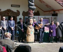 Útgáfu bahá'í bænabókar á maori tungumálinu var fagnað á samkomstað maori samfélags í nágrenni við Hamilton, Nýja Sjálandi.
