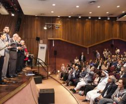 Venus Khalessi (önnur frá vinstri) meðlimur ástralska bahá'í samfélagsins les lokasamþykkt samtrúarvettvangs G20 sem haldin var í september í Buenos Aires, Argentínu.