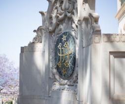 Bahá'í tákn á hlið helgidóms Bábsins á Karmelfjalli í Ísrael