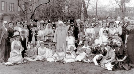 'Abdu'l-Bahá (á miðri mynd) ásamt bahá'íum í  Chicago, Illinois, Bandaríkjunum árið 1912
